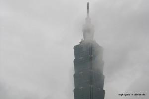 Taipei 101 in den Wolken